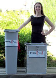 Azafata con ShredPack y un contenedor de aluminio de 70 litros